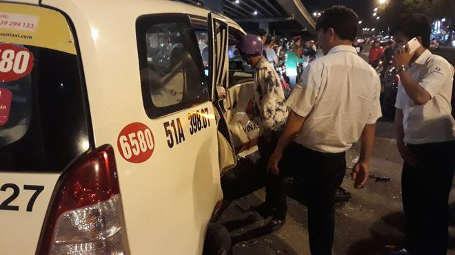 Cận cảnh hiện trường kinh hoàng  vụ ô tô BMW tông hàng loạt xe máy, taxi, nhiều người thương vong ở TP.HCM 6