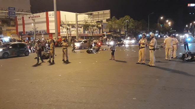 Cận cảnh hiện trường kinh hoàng  vụ ô tô BMW tông hàng loạt xe máy, taxi, nhiều người thương vong ở TP.HCM 5