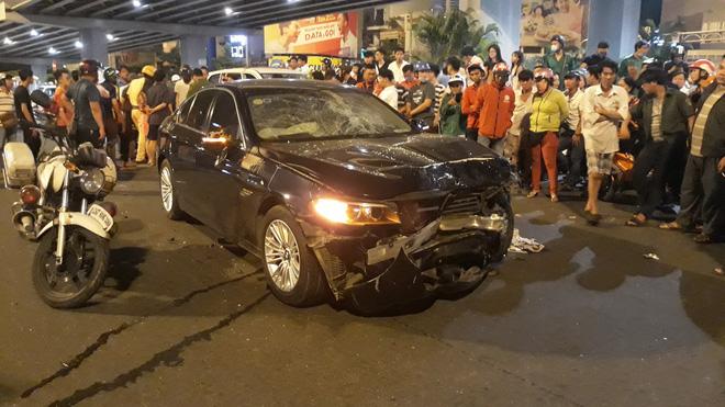 Cận cảnh hiện trường kinh hoàng  vụ ô tô BMW tông hàng loạt xe máy, taxi, nhiều người thương vong ở TP.HCM 10