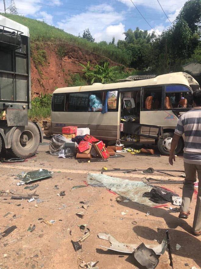 Xe tải đâm nát đầu xe khách khiến 10 người bị thương, công an dùng xà beng đưa nạn nhân ra ngoài - Ảnh 2.