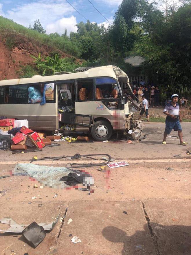 Xe tải đâm nát đầu xe khách khiến 10 người bị thương, công an dùng xà beng đưa nạn nhân ra ngoài - Ảnh 1.