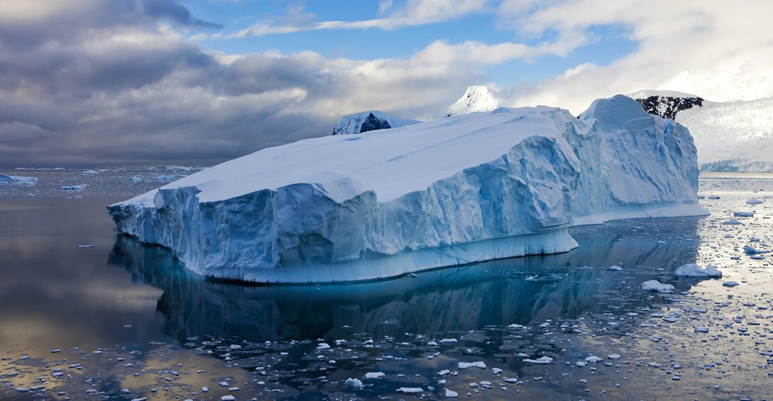 NASA công bố hình ảnh tảng băng trôi hình chữ nhật vuông thành sắc cạnh, xưa nay chưa nhìn thấy bao giờ 2