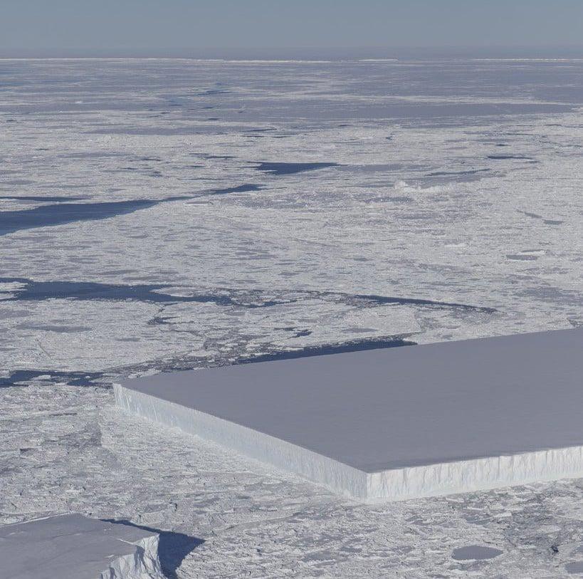 NASA công bố hình ảnh tảng băng trôi hình chữ nhật vuông thành sắc cạnh, xưa nay chưa nhìn thấy bao giờ 1