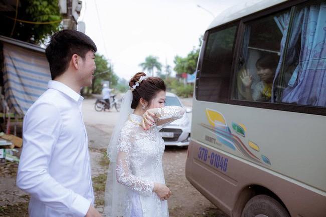 Phía sau bức ảnh cô dâu lau nước mắt chào người thân về nhà chồng: 'Mẹ mình bị ung thư, từ giờ ai sẽ đưa mẹ đi viện...' 2
