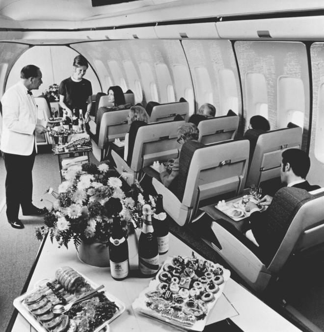 Chùm ảnh cho thấy dù hiện đại hơn nhưng đi máy bay thời nay chưa chắc thoải mái bằng thời xưa 11