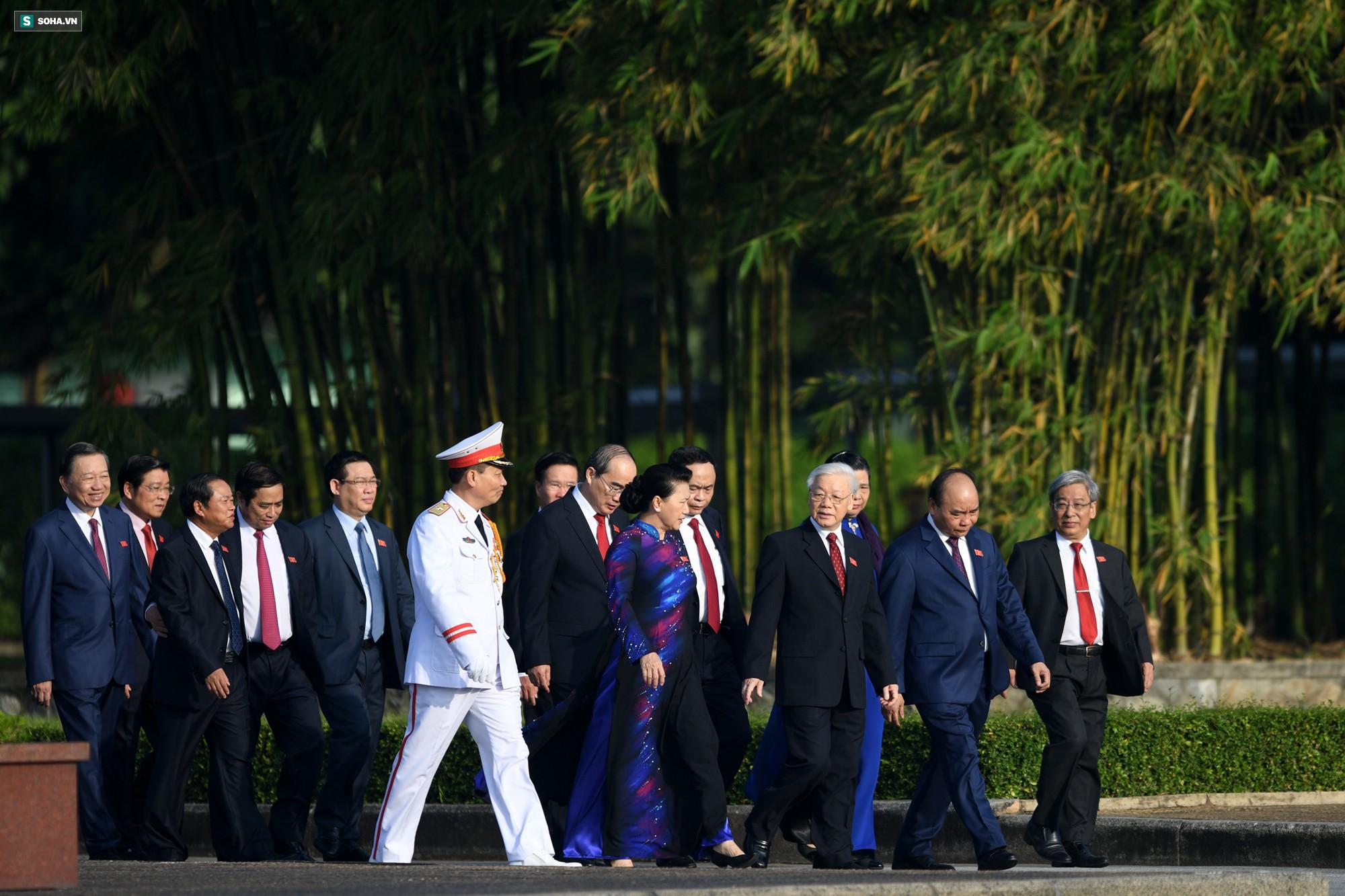 Đại biểu Quốc hội viếng Chủ tịch Hồ Chí Minh 9