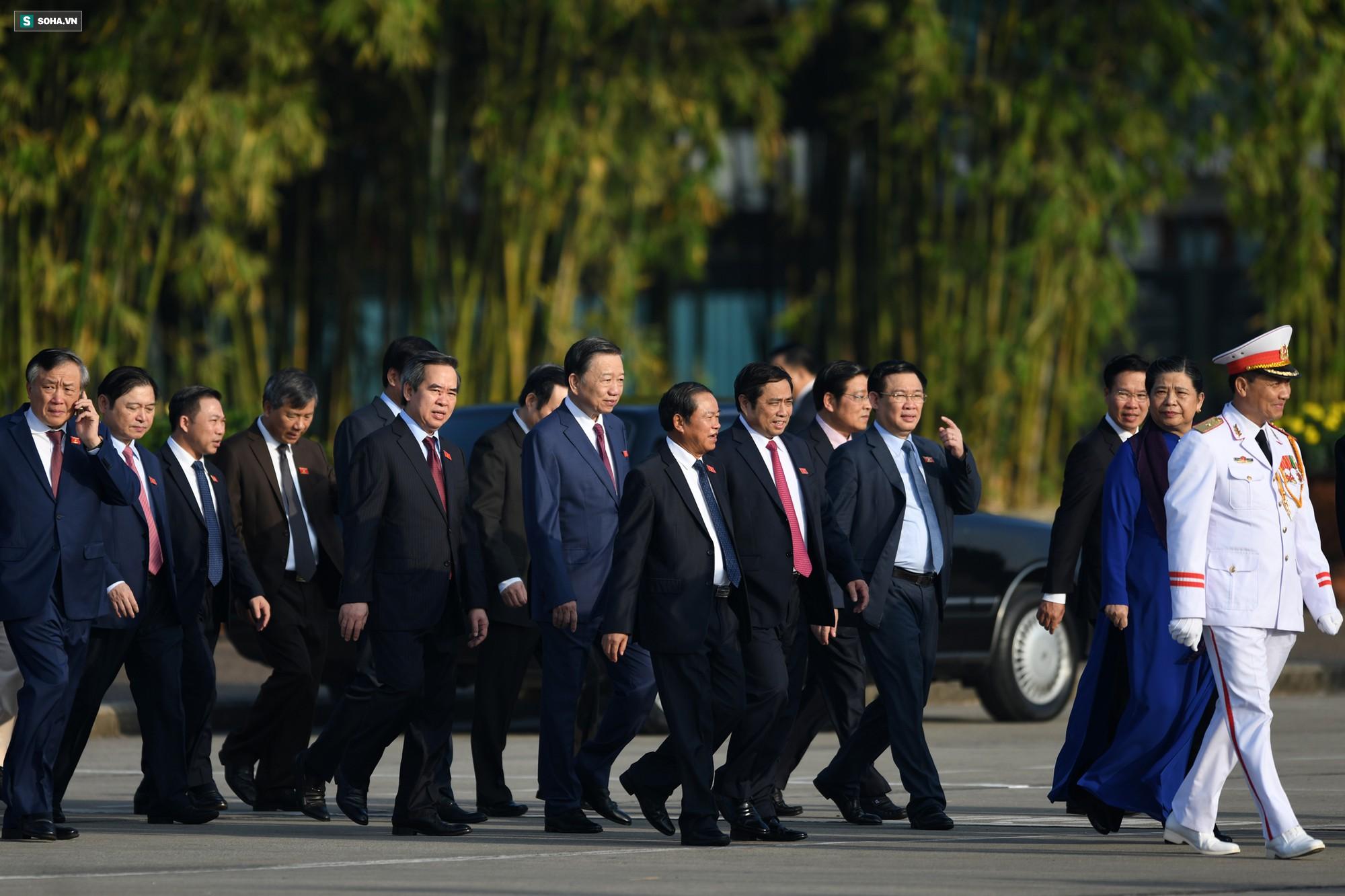 Đại biểu Quốc hội viếng Chủ tịch Hồ Chí Minh 11