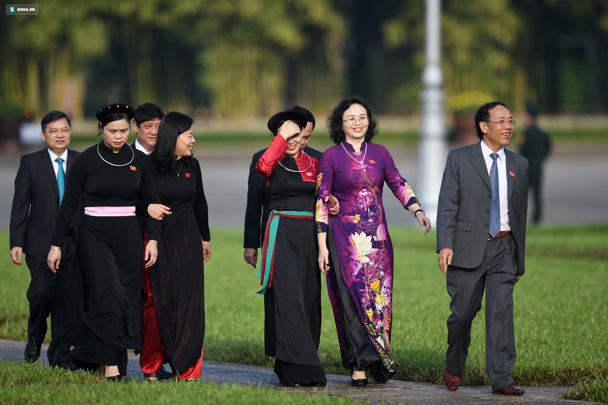 Đại biểu Quốc hội viếng Chủ tịch Hồ Chí Minh 12