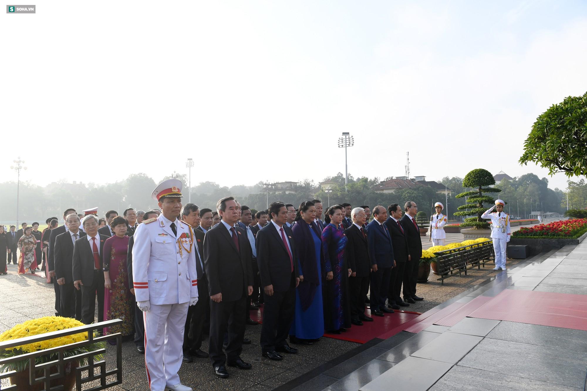 Đại biểu Quốc hội viếng Chủ tịch Hồ Chí Minh 7
