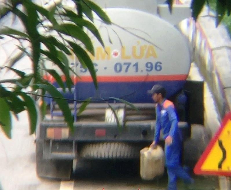 Vụ hút trộm xăng dầu trên đèo Hải Vân: Đình chỉ 5 tài xế vi phạm 4