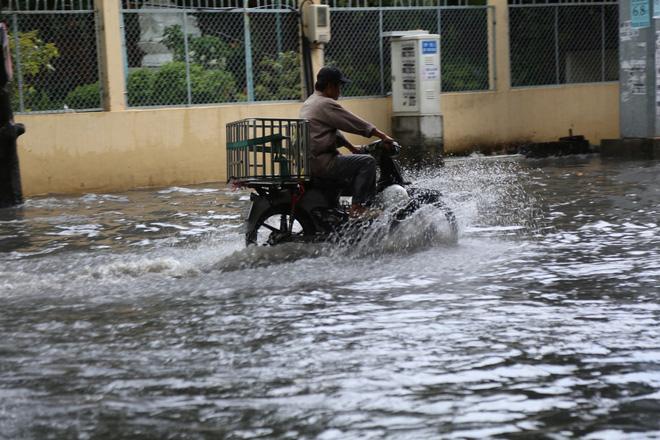 Khu nhà giàu ở Sài Gòn ngập sau mưa lớn, quận 9 xuất hiện mưa đá 1