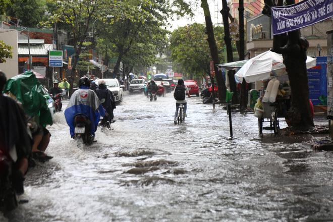 Khu nhà giàu ở Sài Gòn ngập sau mưa lớn, quận 9 xuất hiện mưa đá 3