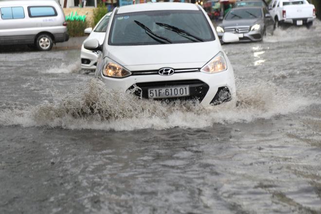 Khu nhà giàu ở Sài Gòn ngập sau mưa lớn, quận 9 xuất hiện mưa đá 4