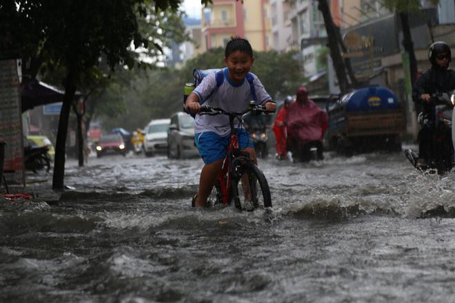 Khu nhà giàu ở Sài Gòn ngập sau mưa lớn, quận 9 xuất hiện mưa đá 7