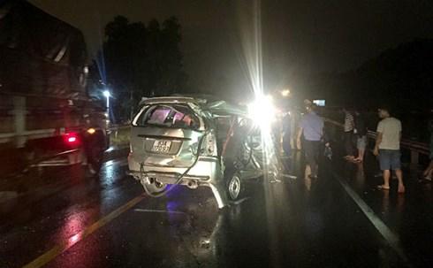 Tai nạn nghiêm trọng, xe 7 chỗ bị tông bẹp dúm, 1 người tử vong 1