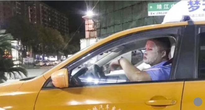 Đăng tải hình ảnh đắp mặt nạ dưỡng da khi đang lái xe, tài xế bị đình chỉ việc 1