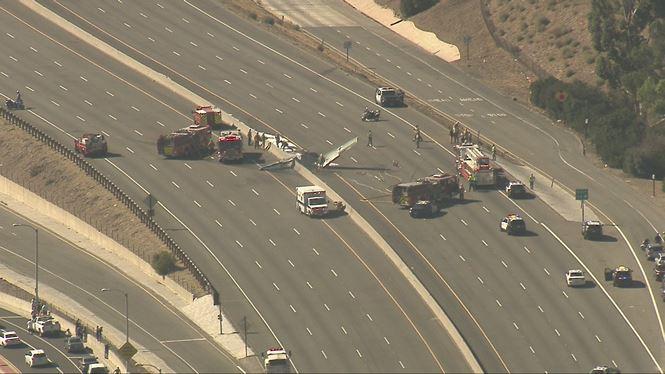 Mỹ: Máy bay lao xuống tuyến đường cao tốc, bốc cháy dữ dội 1