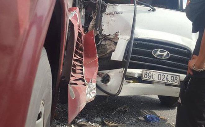 Xe tải tông xe giường nằm, hàng chục hành khách la hét hoảng sợ 1