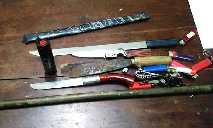 19 nam sinh cấp 3 bị bắt giữ vì mang dao đi đánh ghen giúp bạn cùng lớp 2