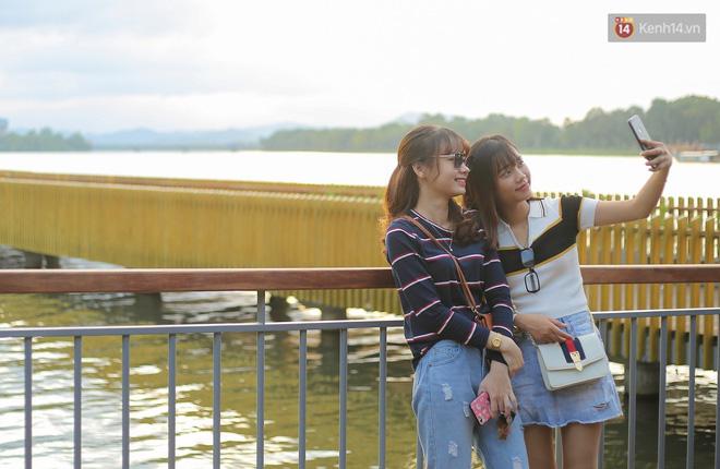 Cầu đi bộ lát gỗ lim 64 tỷ trên sông Hương trở thành địa điểm 'hot' nhất ở Huế dù chưa khánh thành 17