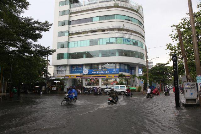 Khách Tây, trẻ em rùng mình lội nước thối ở khu nhà giàu Sài Gòn khi tan tầm 2