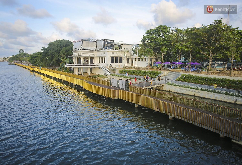 Cầu đi bộ lát gỗ lim 64 tỷ trên sông Hương trở thành địa điểm 'hot' nhất ở Huế dù chưa khánh thành 4