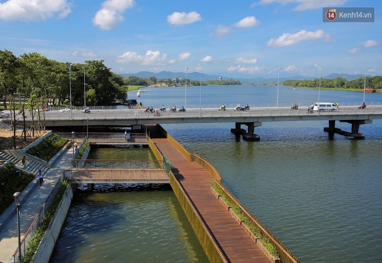Cầu đi bộ lát gỗ lim 64 tỷ trên sông Hương trở thành địa điểm 'hot' nhất ở Huế dù chưa khánh thành 8