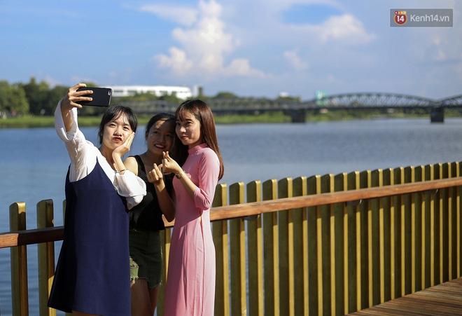Cầu đi bộ lát gỗ lim 64 tỷ trên sông Hương trở thành địa điểm 'hot' nhất ở Huế dù chưa khánh thành 16