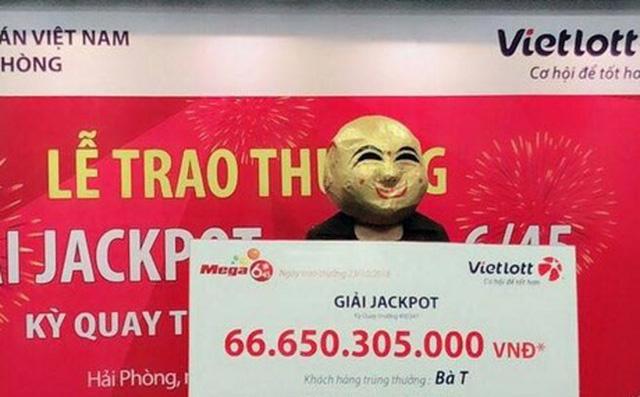 Nữ khách hàng ở Quảng Ninh đến nhận thưởng giải Jackpot 66,6 tỷ đồng 2