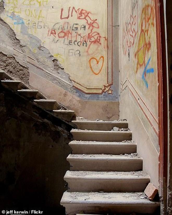 """""""Biệt thự ma"""" bỏ hoang ở Ý: Từng là hiện trường của vụ giết người dã man, bi kịch gia đình mở đầu bằng cái chết của kiến trúc sư 8"""