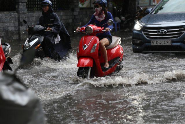 Khách Tây, trẻ em rùng mình lội nước thối ở khu nhà giàu Sài Gòn khi tan tầm 3
