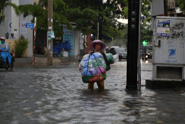 Khách Tây, trẻ em rùng mình lội nước thối ở khu nhà giàu Sài Gòn khi tan tầm 6
