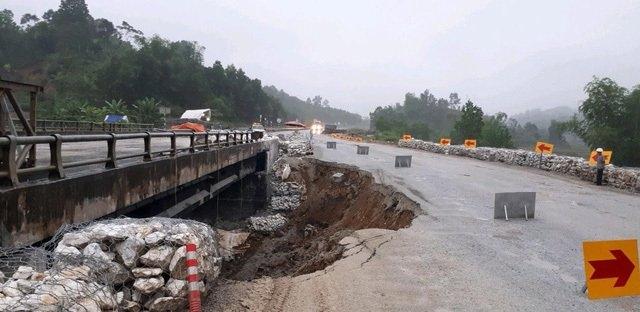 Đường tạm cao tốc Nội Bài - Lào Cai hư hỏng, cấm lưu thông xe trọng tải lớn 1