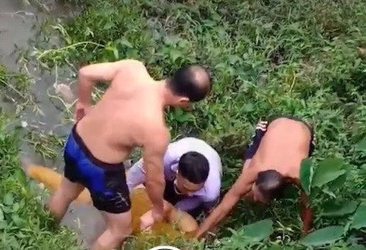 Trên đường đi ăn cưới, trung úy công an nhảy xuống sông cứu cô gái tự tử 1