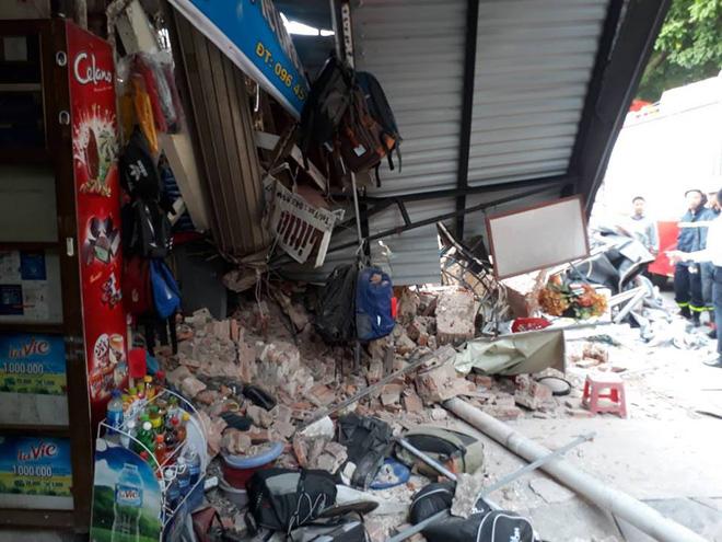 Bức tường bất ngờ đổ sập ở gần Hồ Gươm khiến nhiều người dân hoảng sợ 3
