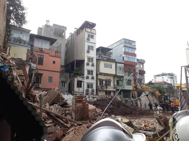 Bức tường bất ngờ đổ sập ở gần Hồ Gươm khiến nhiều người dân hoảng sợ 11