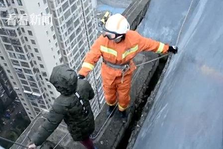 Bé trai 8 tuổi định nhảy từ tầng 33 xuống đất vì không muốn đi học 1