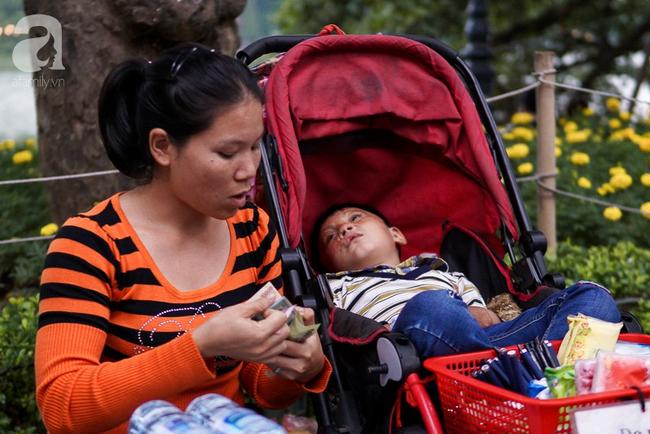 Giấc mơ bên chiếc xe nôi của mẹ em bé 4 tuổi, 2 năm không thể khép mi ngủ, cuối tuần đưa nhau lên phố đi bộ bán hàng 8