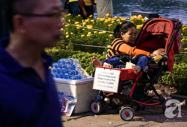 Giấc mơ bên chiếc xe nôi của mẹ em bé 4 tuổi, 2 năm không thể khép mi ngủ, cuối tuần đưa nhau lên phố đi bộ bán hàng 10