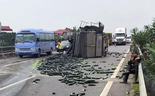 Xe tải đâm xe khách: Cao tốc Nội Bài - Lào Cai ùn tắc 1