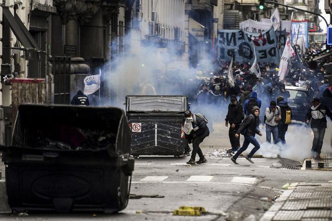 """7 ngày qua ảnh: Quán bar vắng tanh như thị trấn """"ma"""" ở thủ đô Venezuela 2"""