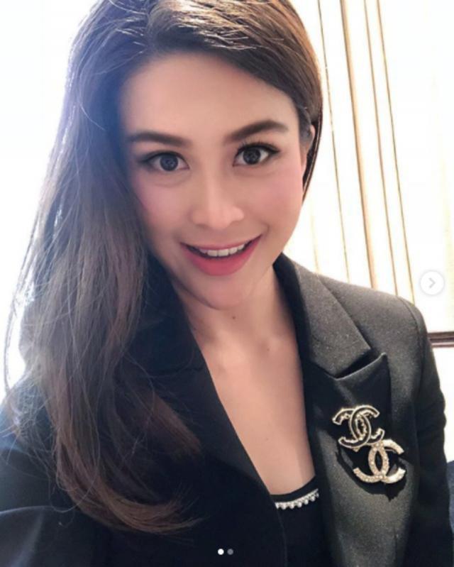 Sự nghiệp không phải dạng vừa của nữ trợ lý tử nạn cùng chủ tịch Leicester - Á hậu Hoàn vũ Thái Lan 1