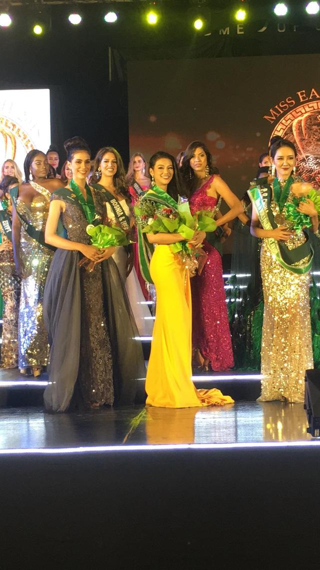 Nguyễn Phương Khánh bị… rách trán do choáng sau khi 4 lần lên xuống sân khấu nhận giải 1