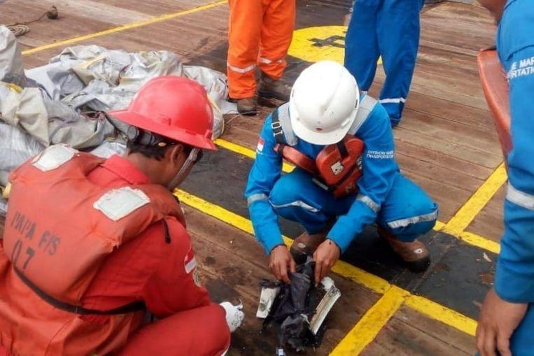 Máy bay chở 188 hành khách lao xuống biển: Tìm thấy vết dầu loang, nhiều ví và điện thoại 1