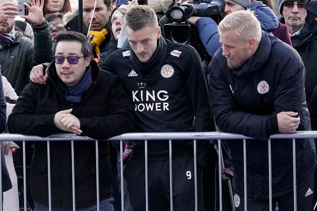 Tập thể cầu thủ Leicester đứng