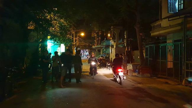Hà Nội: Người dân kể lại giây phút tài xế Mazda rút súng bắn rồi đánh và lái xe chèn qua nạn nhân 1