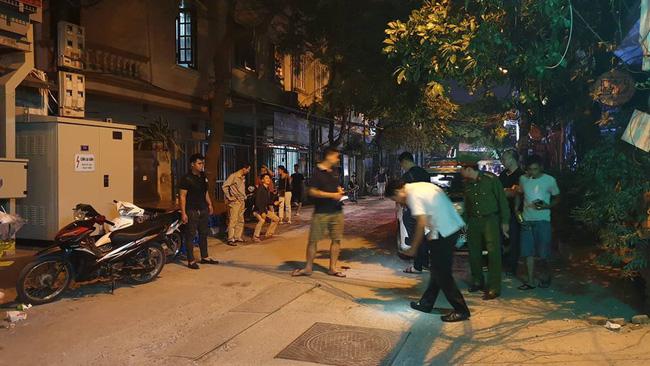 Hà Nội: Người dân kể lại giây phút tài xế Mazda rút súng bắn rồi đánh và lái xe chèn qua nạn nhân 4