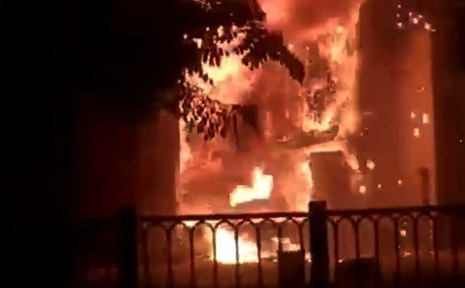 Cháy quán bar ở Sài Gòn, nhiều người tháo chạy trong hoảng loạn 1