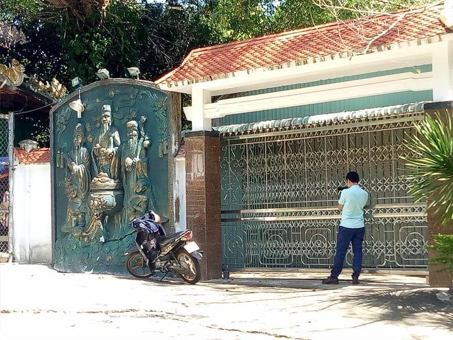 Đại gia vàng lệnh không mở cửa biệt phủ, đoàn kiểm tra bất lực đứng ngoài cổng nhìn vào 1