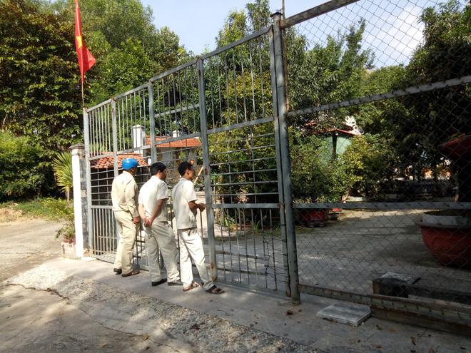 Đại gia vàng lệnh không mở cửa biệt phủ, đoàn kiểm tra bất lực đứng ngoài cổng nhìn vào 2